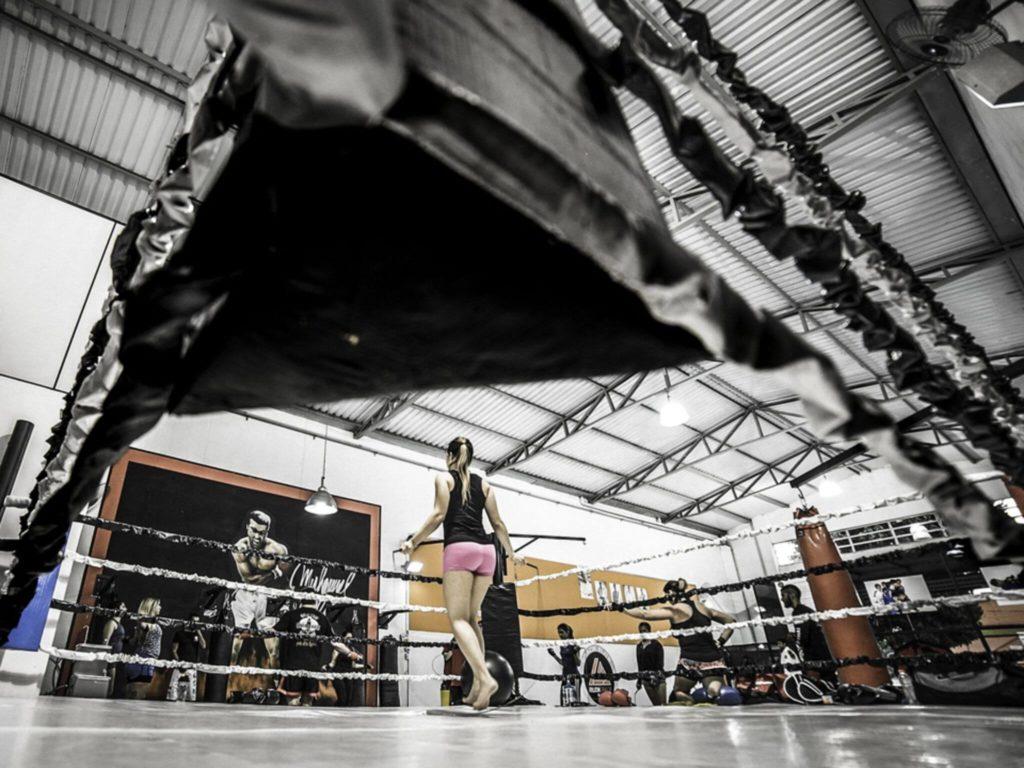 Saltare la corda per riscaldarsi negli sport da combattimento