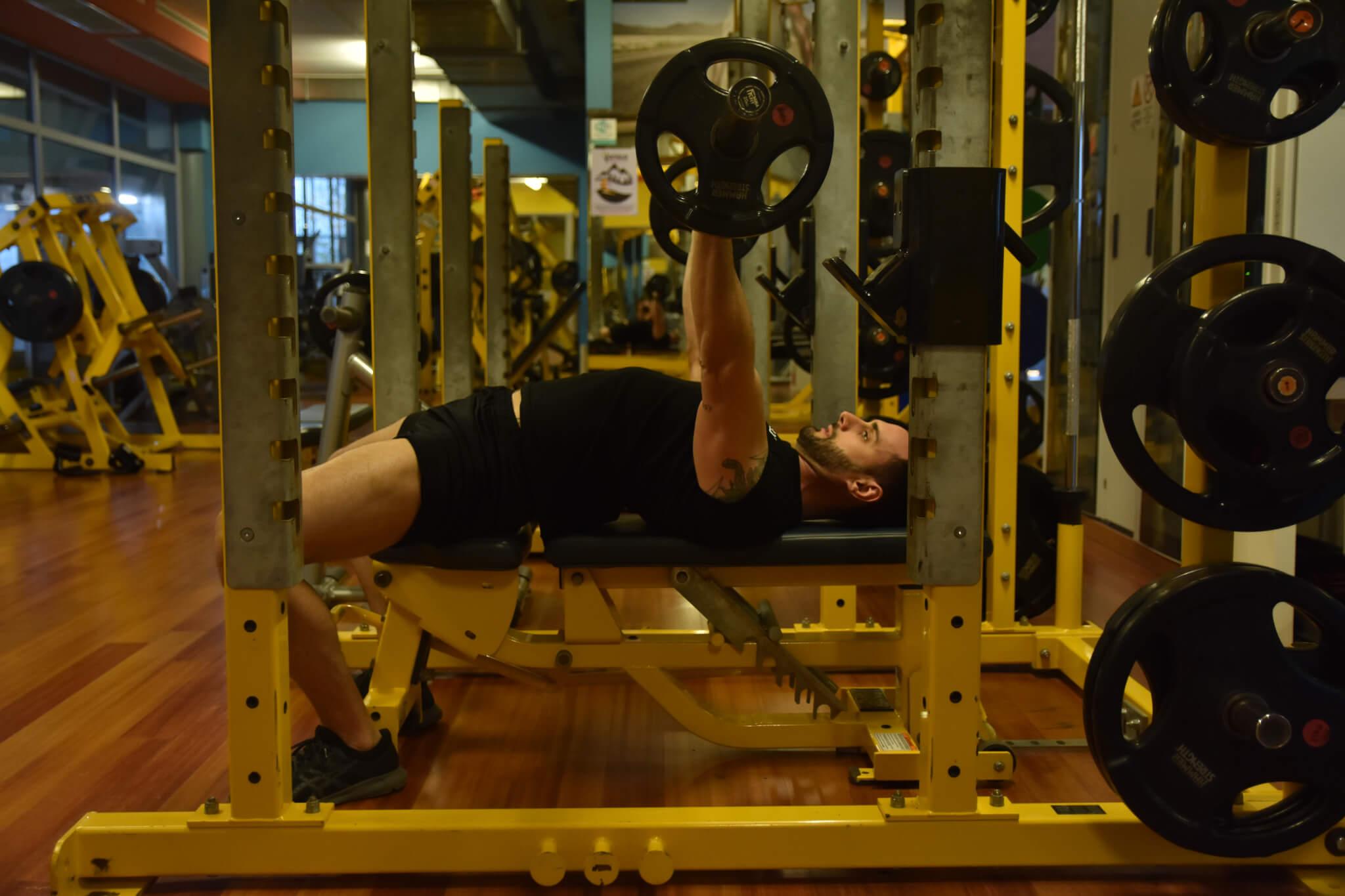Panca piana presa intermedia per allenamento tricipite brachiale