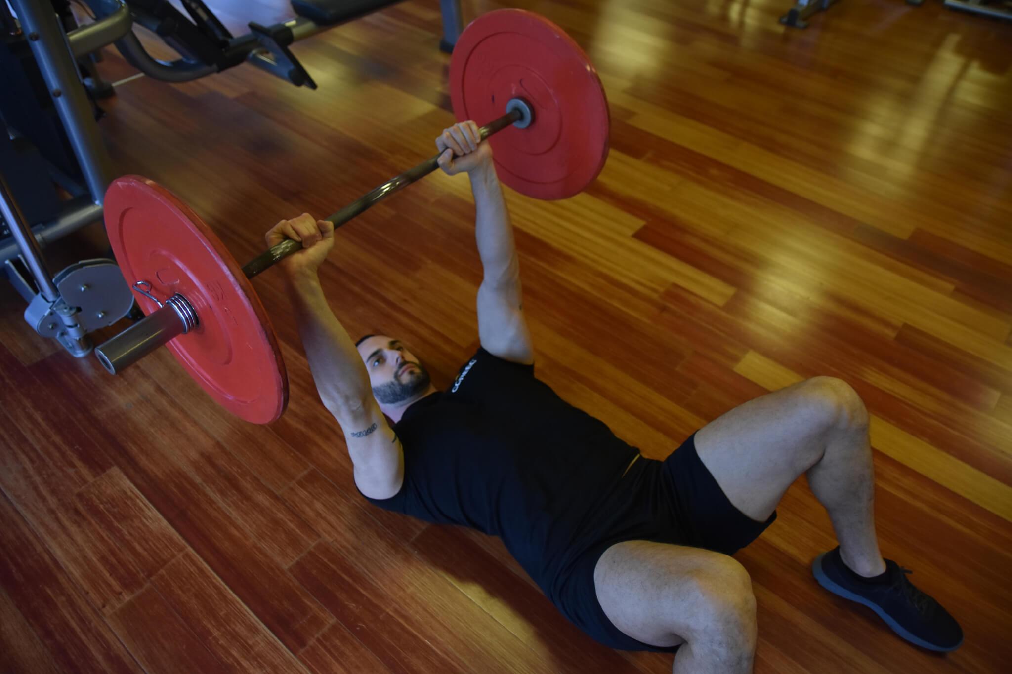 Esercizi di muscolazione per il tricipite brachiale. French press