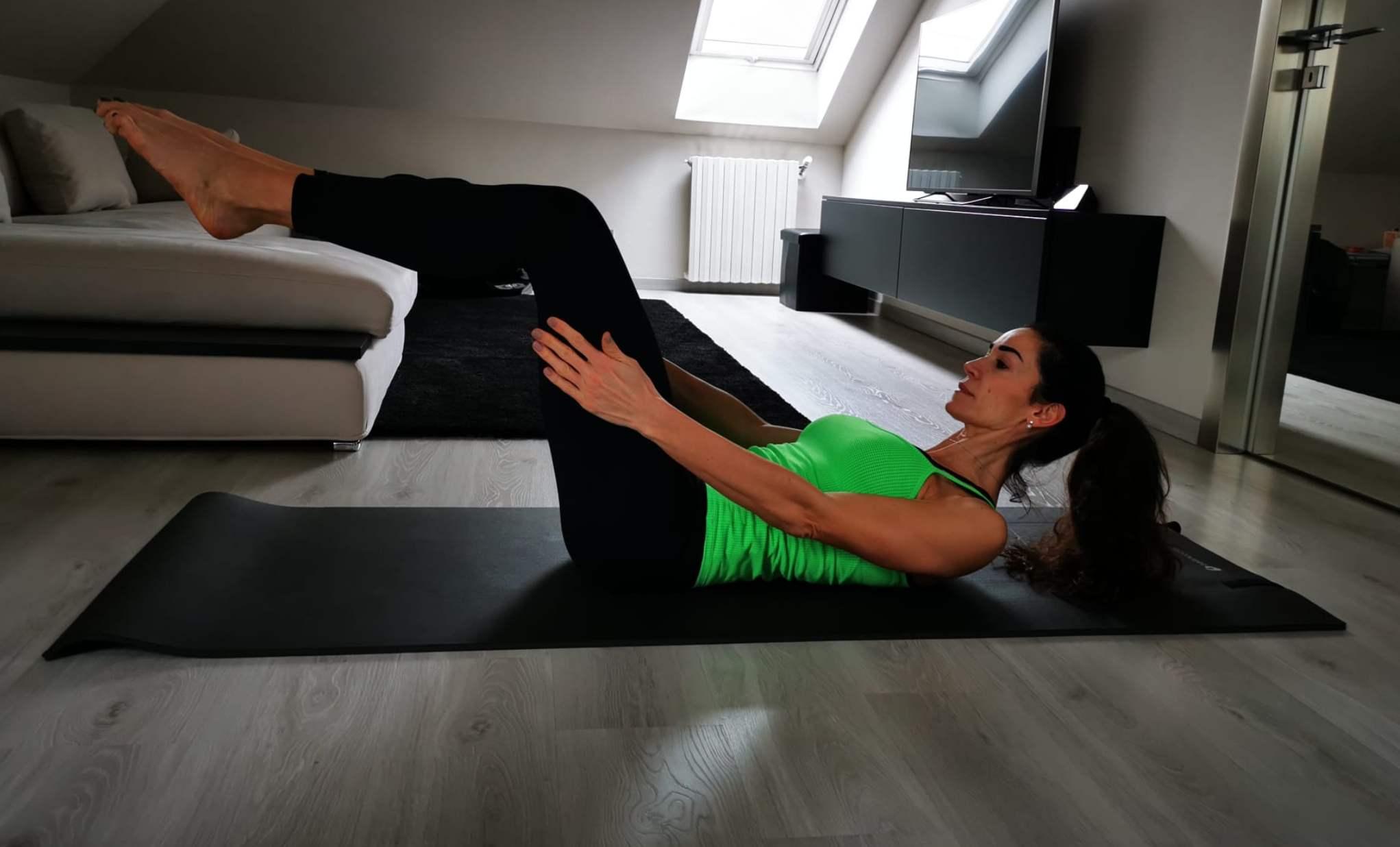 Preparazione hundred del pilates - posizione intermedia